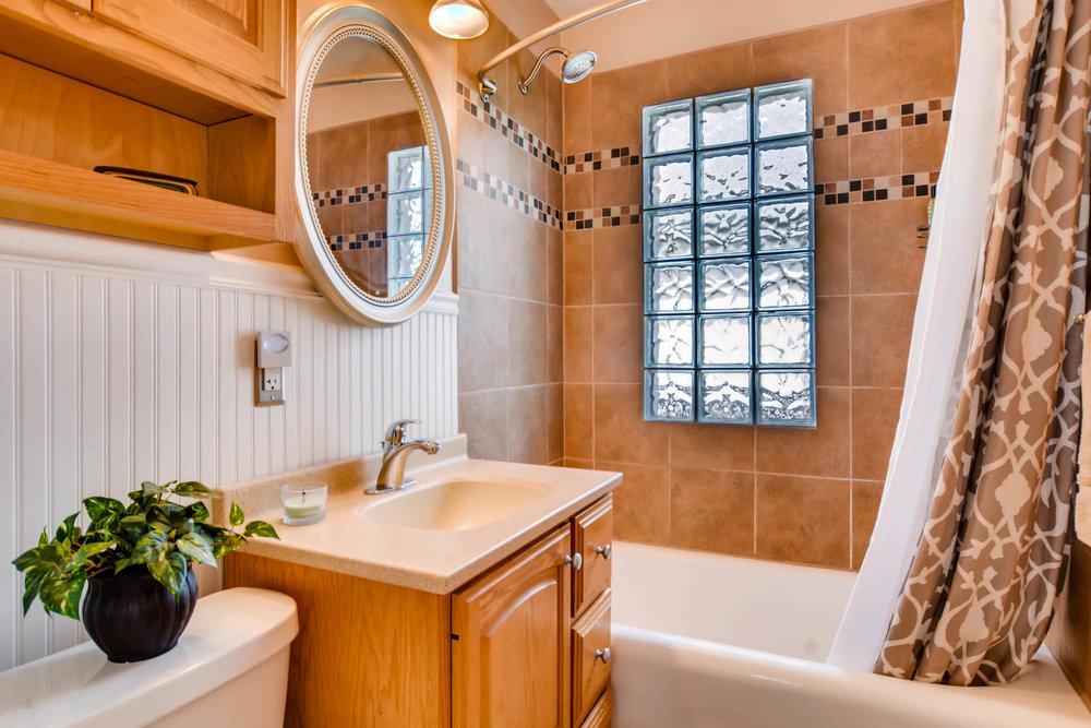 3147 Arthur St NE Minneapolis-large-015-26-Bathroom-1500x1000-72dpi.jpg