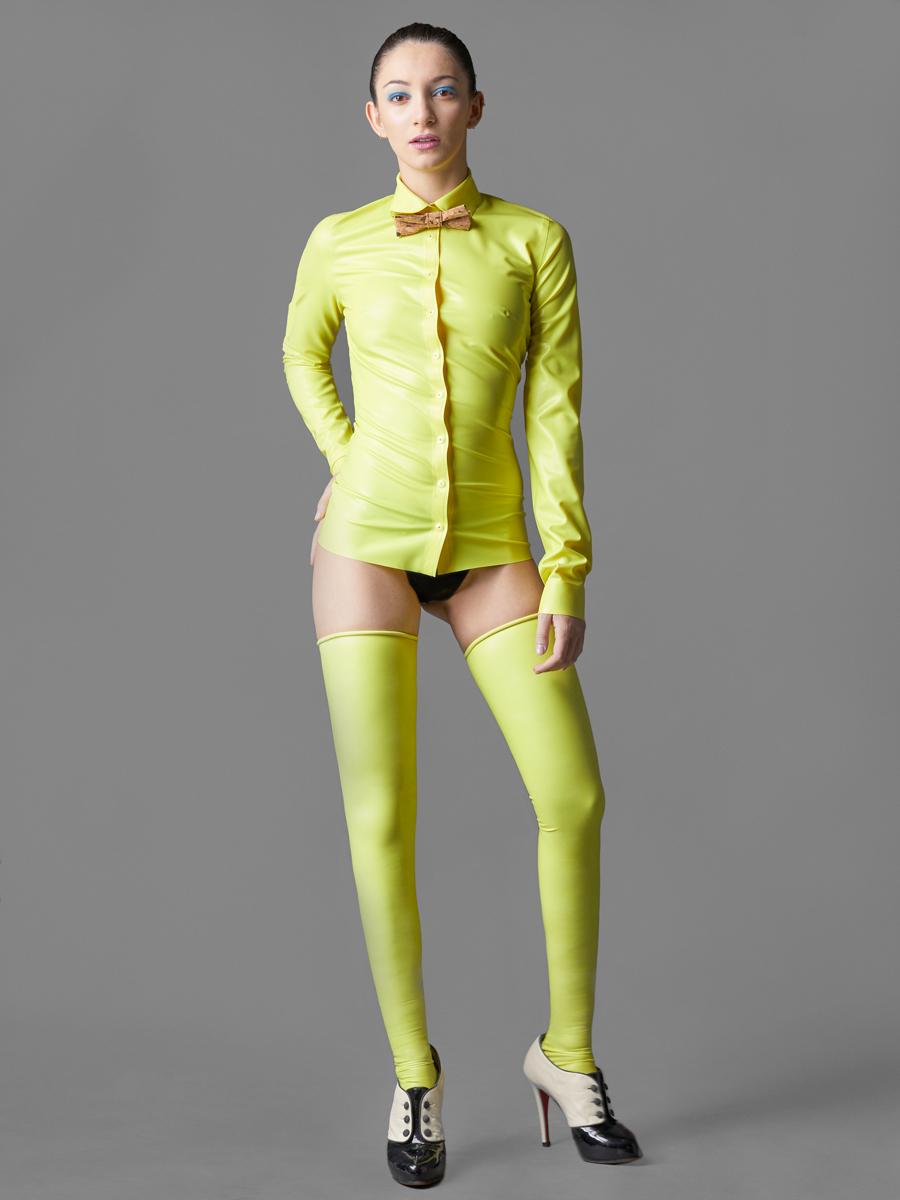 Camisa y perneras de látex………….…MadRubb  http://bit.ly/2p7vrfD  Pajarita corcho……………………….….Arquímedes Llorens  http://bit.ly/2qakHM1  Botines……………………………….…..Chistian Louboutin