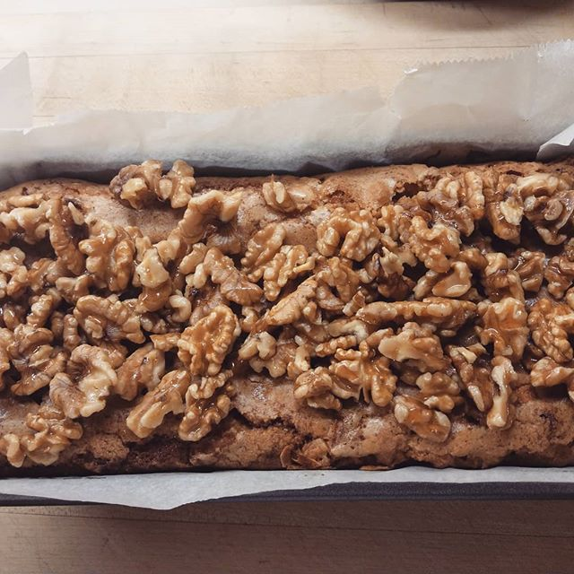 Apple, cinnamon, walnut cake #homebaking #applecake #cake #walnuts #newcross #londoncafe #londoncakes #selondon #brunchlondon #londonbrunch  #londoncoffee