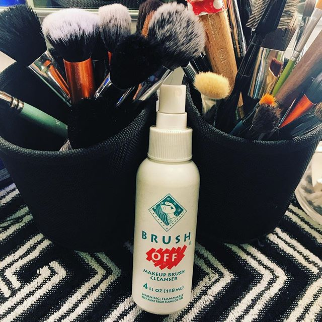 My favorite on-the-go #brush #cleaner Brush Off! It dries quickly, takes out stains, and leaves your brushes squeaky clean! 🎨🛁 #inmykit #musthave #brushoff #makeupmusthave #promakeupartist
