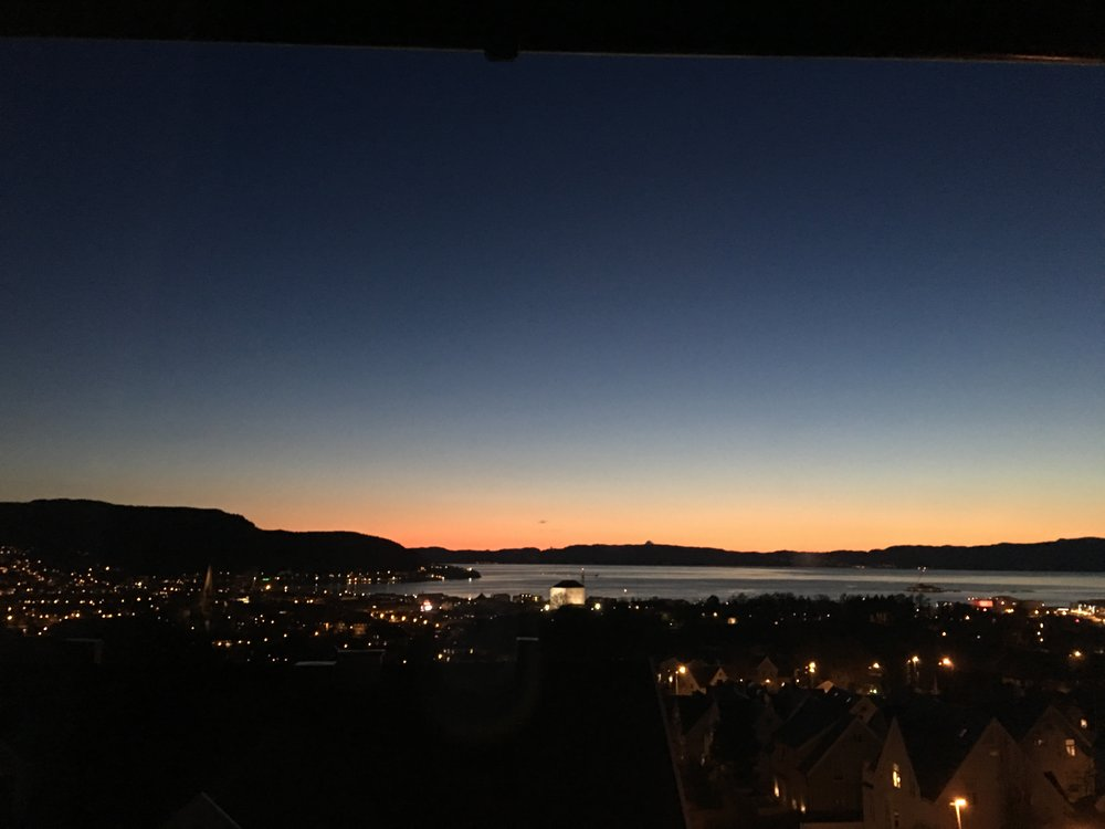Trondheim by night. Der er bjerge.