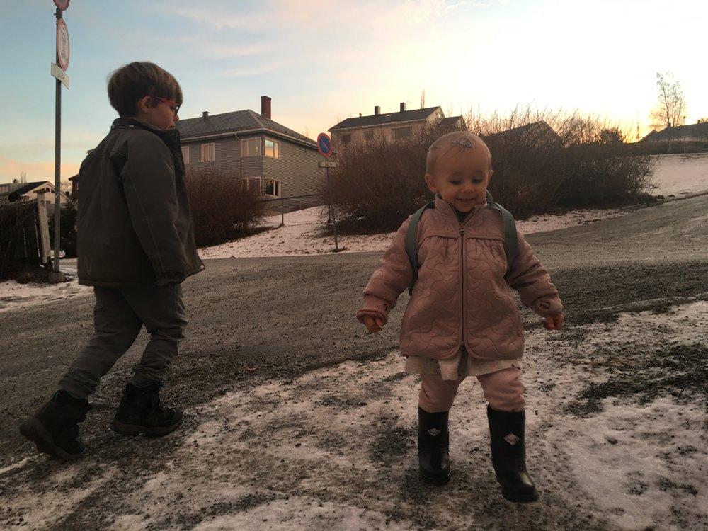 Børn på en stejl bakke en vintermorgen. I Trondheim. We made it!!