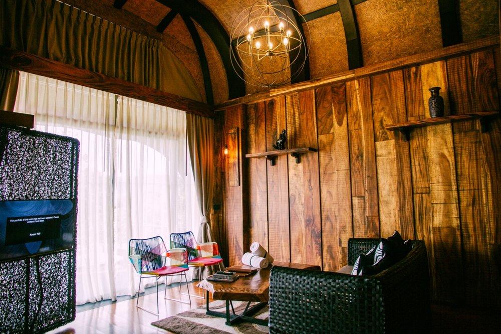 鳥巢泳池別墅的客廳,可以看到許多細節上的設計