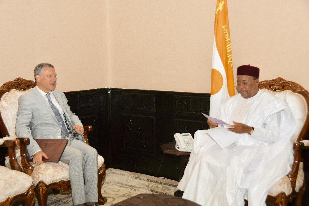 PR avec Ambassadeur de France 2.jpg