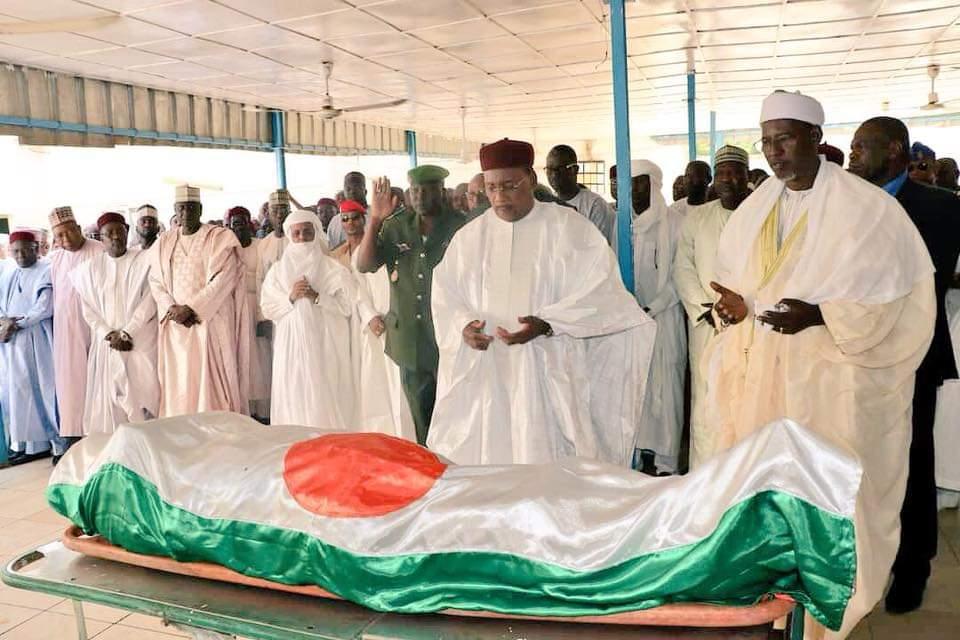 Le Président Issoufou Mahamadou a assisté dimanche après-midi à la levée du  Corps du Capitaine Mahamane Laouali Robert, Chef Sécurité à la Présidence  de la ... 090d24a8c6bf