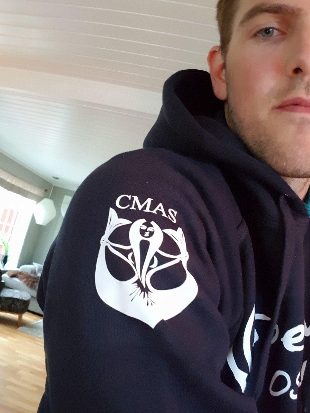 Logo med CMAS på andre skulderen