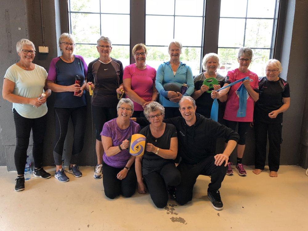Seniortimen - Hver torsdag kl. 0930 kan du være med denne herlige gjengen på seniortimen.Seniortimen er en gruppetime med fokus på bevegelighetstrening, styrketrening, balanse, holdning, kjerne, mestring og trivsel! Timen varer i 60 minutter, inklusive oppvarming og uttøying.Styrketrening er viktig for alle grupper i befolkningen, uansett alder og kjønn. Det er faktisk slik at de som er eldre, vil ha enda mer utbytte av slik trening enn de som er unge.Dersom du trener styrke, bidrar det til å bremse det aldersbestemte tapet av muskelmasse og styrke. Styrketrening er også positivt for skjelettet, og det kan redusere risikoen for beinskjørhet. Inkluderer du bevegelighetstrening og balansetrening, får du også en bedre holdning. Dette gir redusert risiko for å falle, økt fleksibilitet og økt bevegelighet.Fordelene for eldre som trener, er mange. Fysisk aktivitet reduserer dødelighet, fedme, blodtrykk og risiko for sykdommer som lungesykdom, slag, alzheimers, hypertensjon, kreft og skader. Det fremmer både mental og fysisk helse, bedrer funksjonsdyktighet, balanse, kropps-kontroll, fremmer glukose-toleranse og insulineffekt og halverer risikoen for hjertesykdom og dødelighet.Dessuten er det gunstig i forebyggingen av beinskjørhet, mot leddlidelser, belastningslidelser, det minsker risiko for enkelte typer kreft, forebygger depresjoner, bedrer den generelle mestringsevnen og selvbildet.Sett av tid (torsdager 0930) og møt opp her på Røros Gym du også! :-)