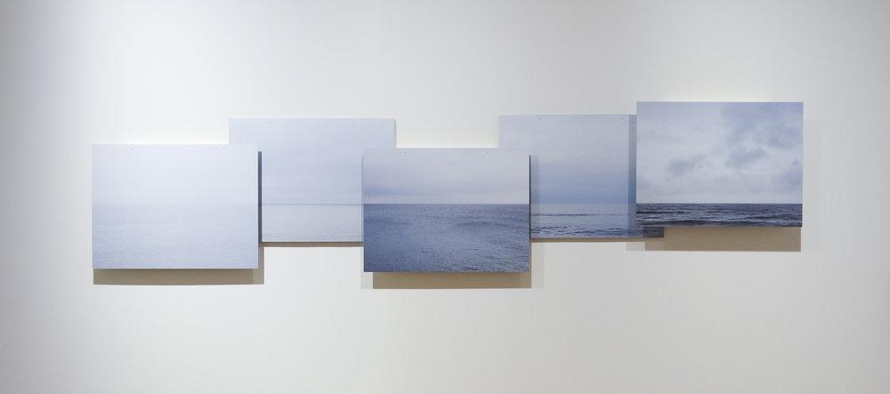 Het werk 'Aan zee' is gemaakt   in opdracht voor de expositie '  Jong en veelbelovend' voor Villa Mondriaan,  Winterswijk ter ere van het 100 jaar jubileum van de kunstbeweging De Stijl.