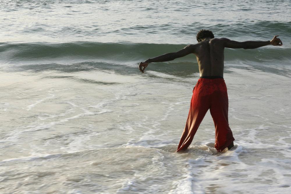 Alioune Diagne improvise face à l'océan...