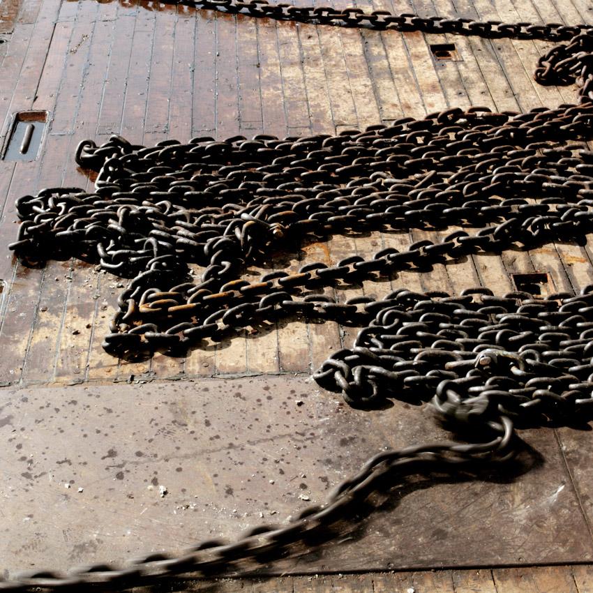 Les chaînes d'ancrage sont changées à chaque mouillage, érodées par la houle.