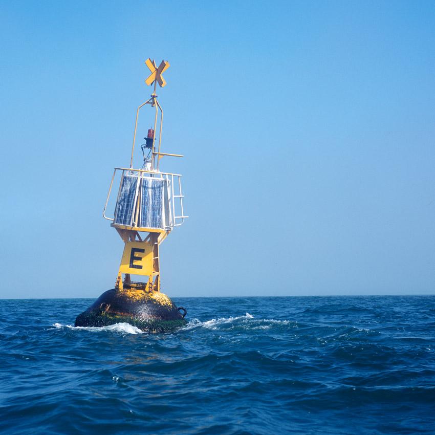 Chaque balise est un avertissement , banc de sable, épave et facilite le parcours des marins qui transitent par le port de Dunkerque