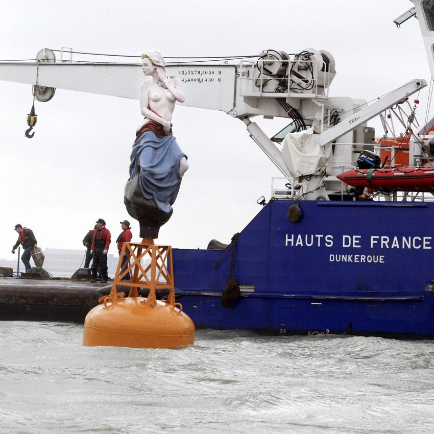 La sirène de Dunkerque, posée sur une balise au large de Malo-les-Bains, à côté de Dunkerque, avec la complicité des Phares et Balises. Elle est l'oeuvre du sculpteur Leopold Franckowiak