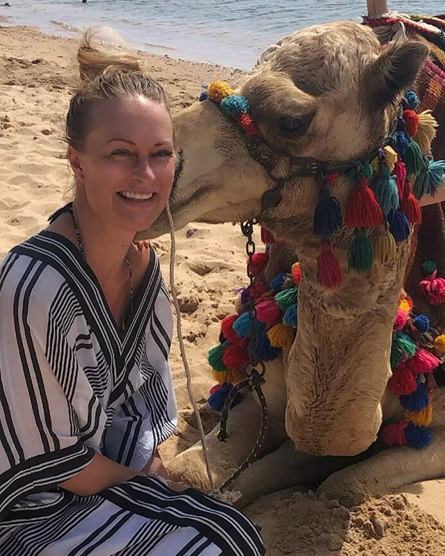 For those of you who don't hang with camels and therefore maybe not notice- I'm getting a kiss 💋 and I'm SOLD ❤️ #kiss #love #camel #africa #yoga #meditation #vegan #animalrights #djurskyddet