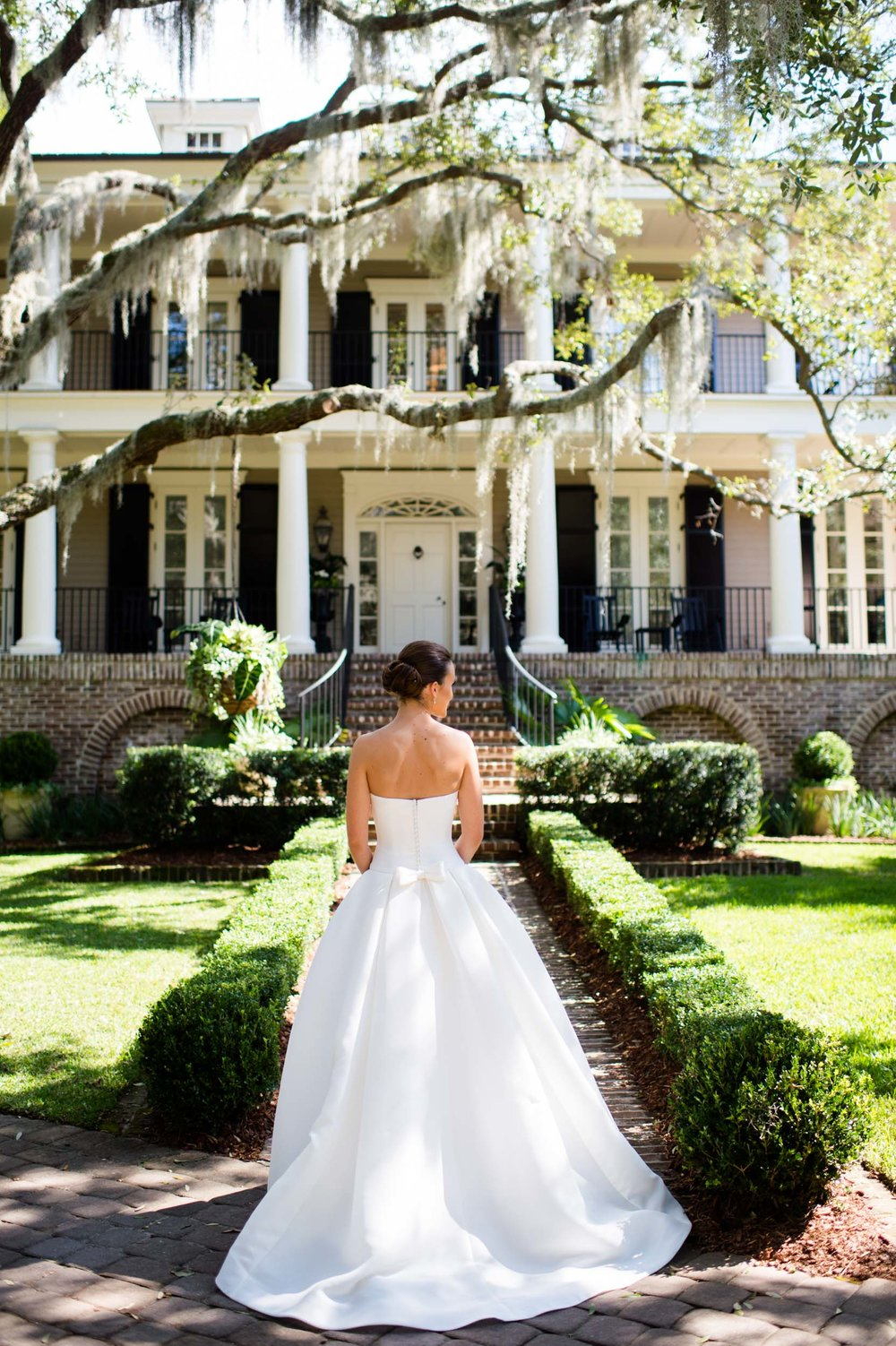 bridal portrait in front of kiawah island home