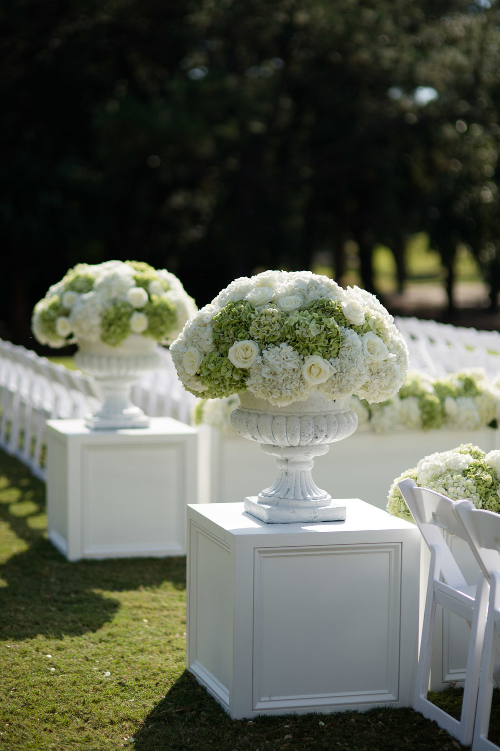 kiawah island wedding ceremony decor with hydrangeas and roses