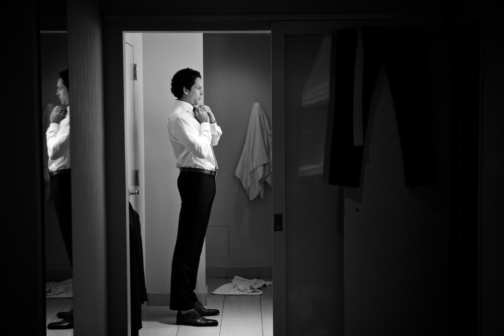 Documentary photo of a groom getting ready for his wedding in Chicago.