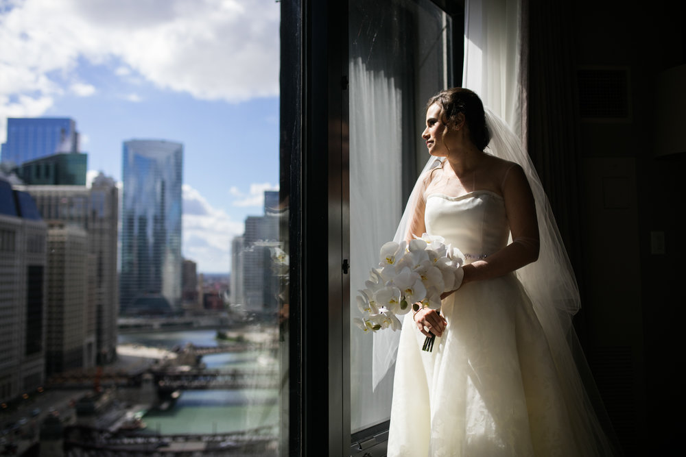 Bridal portrait against the Chicago skyline.