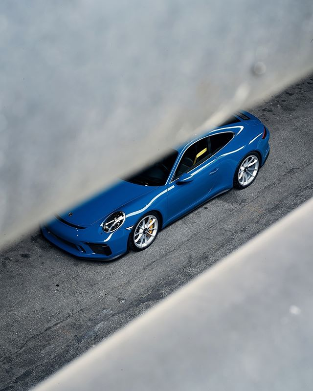 Porsche Lit weekend in LA. What are you guys up to? 🚗: @997rs . . #ZeroFuchsGiven #Porsche #993 #luftgekühlt #000magazine #911 #aircooled  #carrera #ruf #SaveTheManuals  #911S #rennlist #keyontheleft #PorscheClassic  #luftgekuhlt #porschemoment #eurospec #964 #yesporsche #getoutanddrive #porsche911  #ClassicDriver #DriveVintage #SportsCarTogether