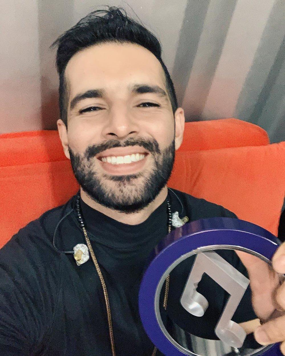 Juanito: - El premio es levantarme todos los días a hacer lo que me hace feliz! Pero aprovecho para reiterar mi agradecimiento a @migentetv por celebrar nuestra música!