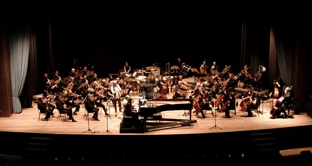 Rafael Piccolotto de Lima regendo a Orquestra Sinfônica da UNICAMP em um concerto dedicado a música do maestro. Campinas, São Paulo. 2015