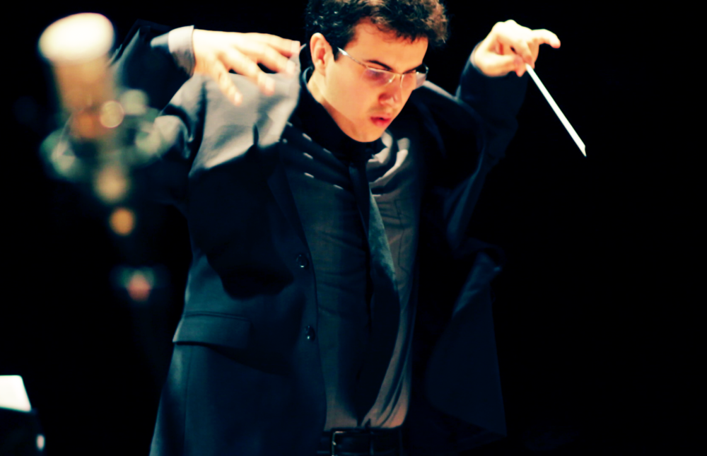 Rafael Piccolotto de Lima regendo a Orquestra Sinfônica da UNICAMP no Teatro Castro Mendes, Campinas - SP. Um concerto jazz sinfônico apresentando a música do maestro.