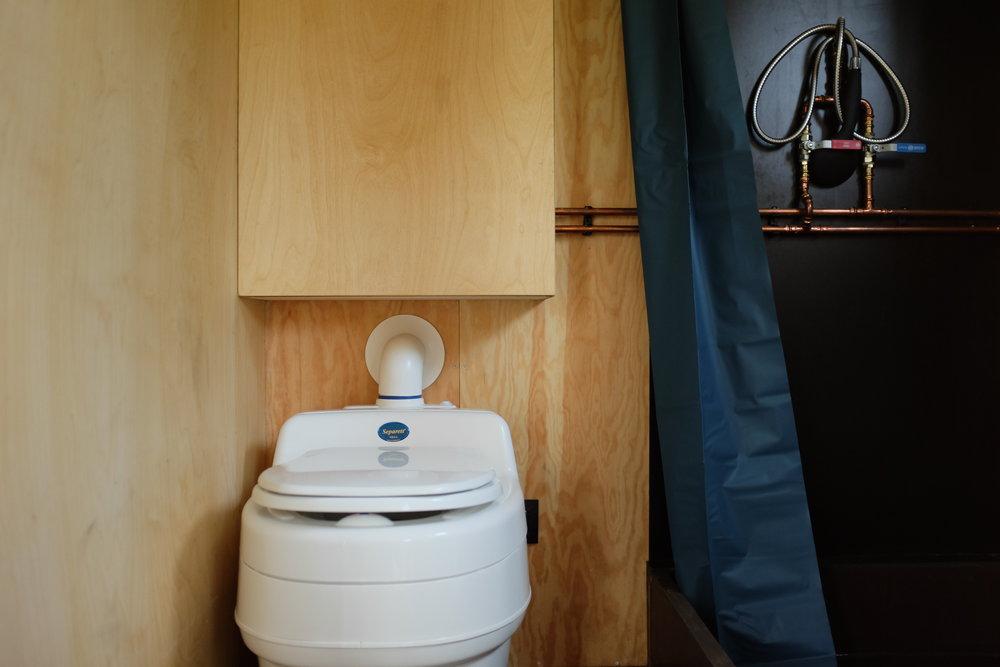 Toaleta kompostowa Separett Villa 9000 w domu Redukt-01