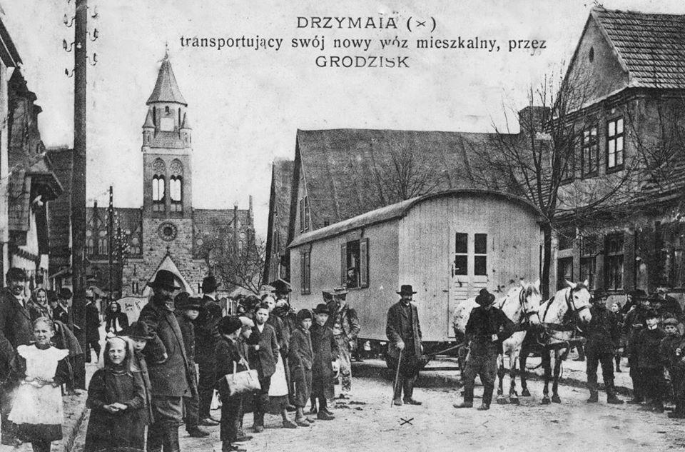 1908 r., transport domu do wsi, w której mieszkał Drzymała. Źródło:https://pl.wikipedia.org/wiki/Micha%C5%82_Drzyma%C5%82a