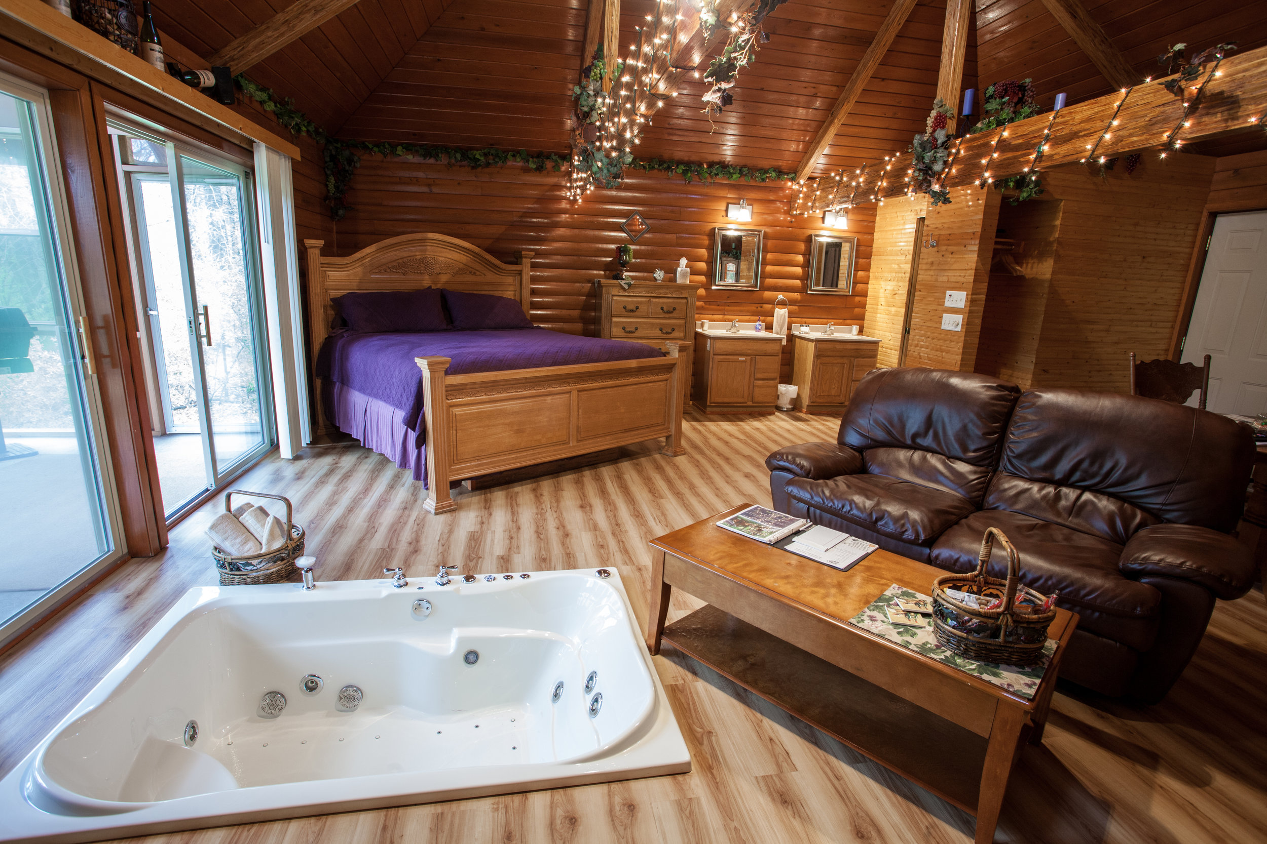 resort illinois in getaway lodge heartland all romantic cabins romatic suite