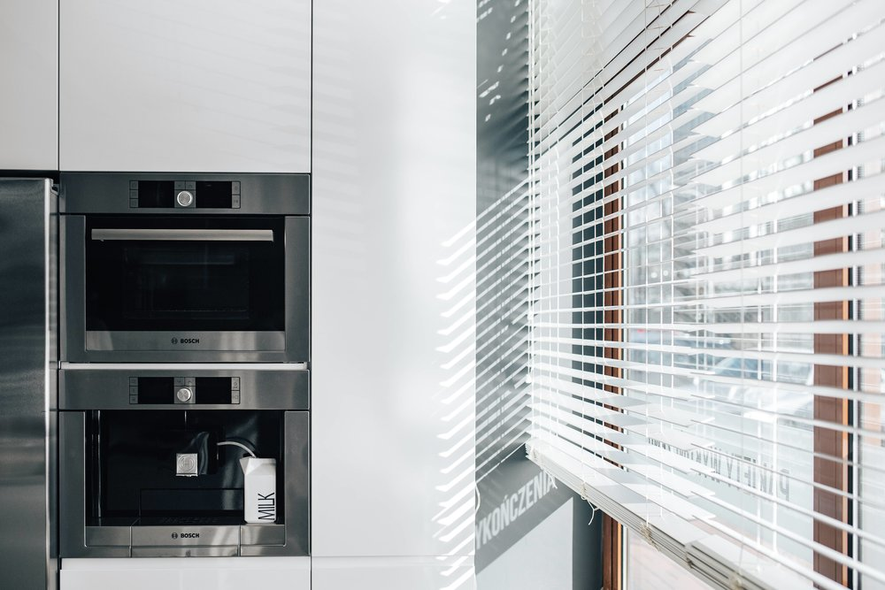kaboompics_Window blinds in a modern kitchen.jpg