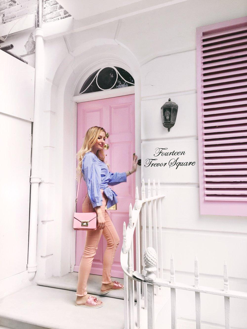 Pontosan - ilyen hely a Trevor Square-en található kis rózsaszín bejárati ajtó is, amely mára már bloggerek zarándokhelyévé nőtte ki magát. Rövid tartózkodásom során naná, hogy nem hagyhattam ki a púderes mennyország kapuját. Ilyenkor mindig megfordul a fejemben, hogy vajon mifféle titkok bújhatnak meg az ajtó mögött, kik lehetnek a cukorszirup ingatlan lakói...