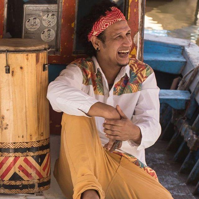 """[[ Encontro de Culturas ]] Quem divide o palco com Mestre Solano é o percussionista Silvan Galvão, a partir das 21h30, no Palco do Encontro.  Silvan Galvão, percussionista, cantor, compositor e pesquisador de Santarém (PA), o músico desenvolve um trabalho baseado nos ritmos regionais amazônicos, como o carimbó, marabaixo, batuque e o lundum marajoara, explorando uma linguagem universal nos arranjos, e inserindo-os assim no contexto contemporâneo. Há 4 anos Silvan Galvão vem se dedicando ao seu trabalho autoral. Lançou o 1º CD e DVD em 2013, """"Segredos Amazônicos"""". Em 2016, Silvan Galvão lança pelo selo Ná Music, o segundo CD, """"Tambores que Cantam"""". No mesmo ano ganha o título de Mestre de Carimbó pela região do oeste do Pará.  #encontrodeculturas #balaiopro"""