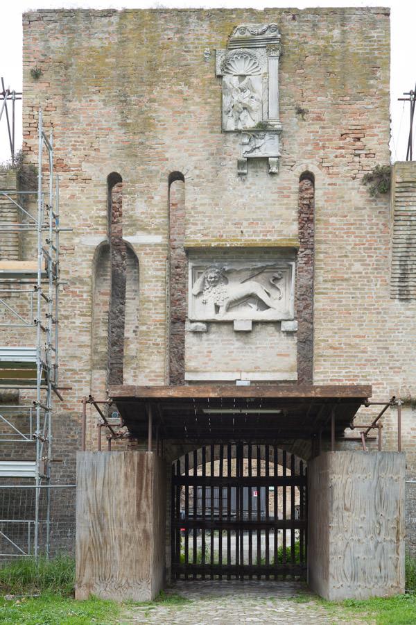 Il leone di San Marco sulla porta della rocca Brancaleone a Ravenna.