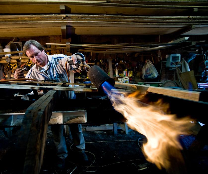 Lorenzo Della Toffola beim Erhitzen eines Gondelbodens zur Verbesserung der Krümmung