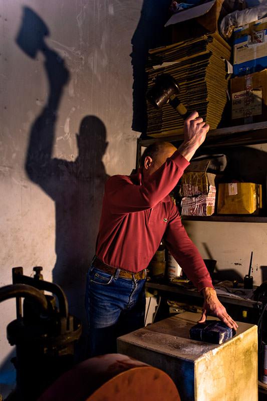 """Der """"Battioro"""" bei der Arbeit in seiner Werkstatt"""