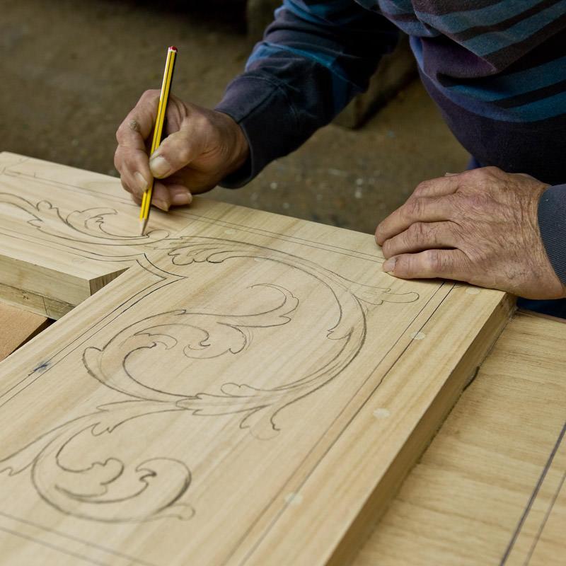 Die Verzierungen werden vor dem Einschnitzen auf die Gondel gezeichnet