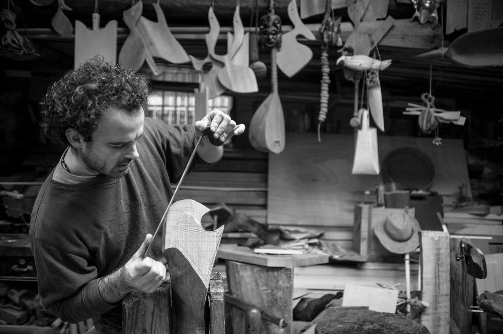 Le charpentier qui travaille à un tolet