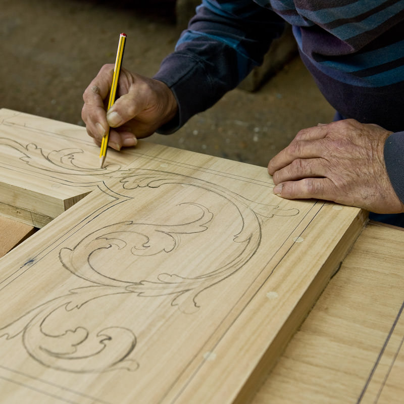 "The ""Intagiador"" tracing the design"