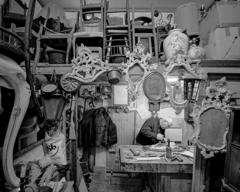 Le graveur Emilio dans son atelier