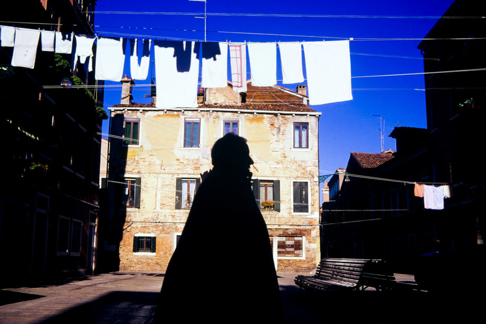 Laundry and shape in a small square in Castello