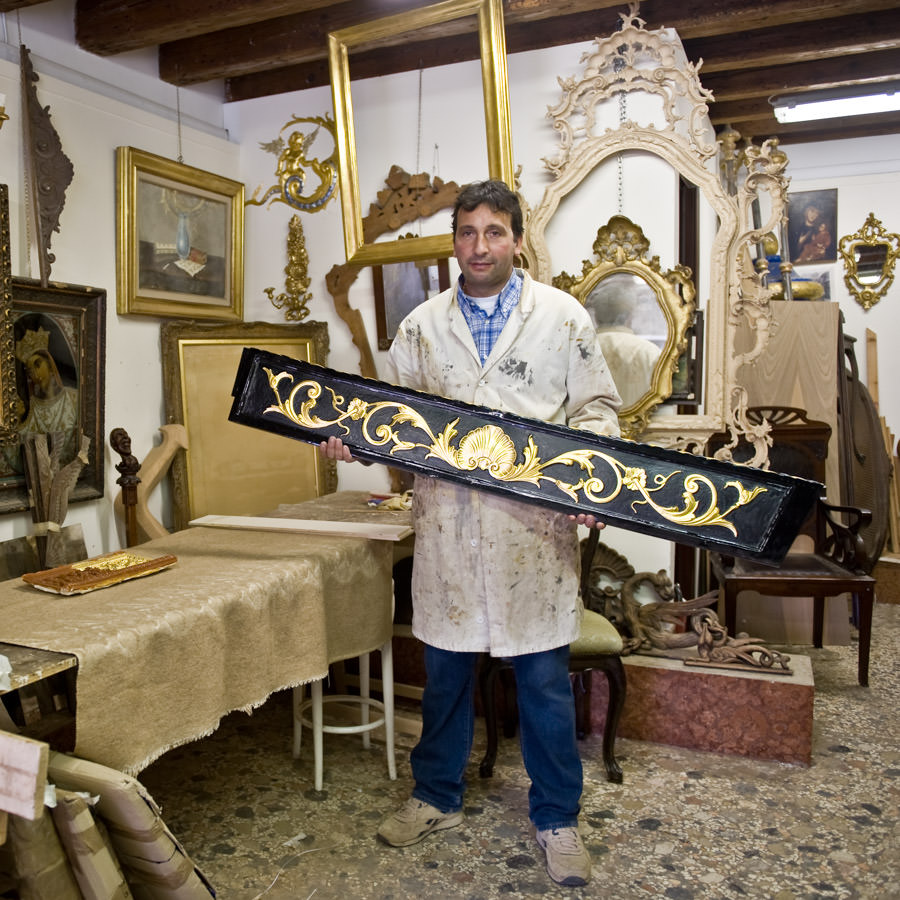 "The ""Indoradòr"" in his workshop"