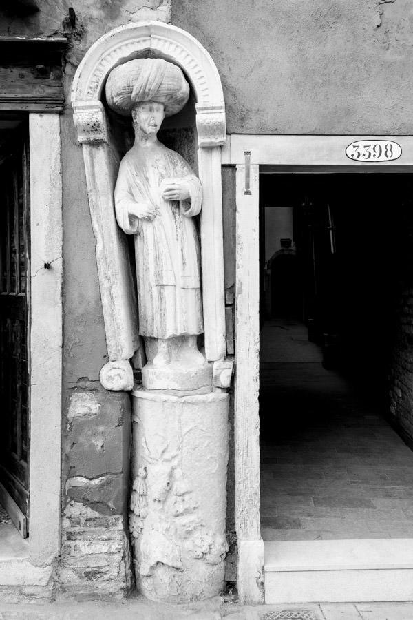 """La statua del cammelliere con l'antico """"piedestallo"""" in Fondamenta del Mori"""