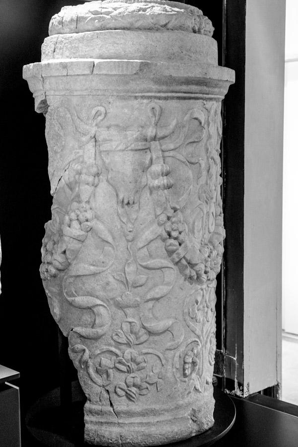 L'altare funerario del I° secolo d.C. nel museo di Quarto d'Altino.