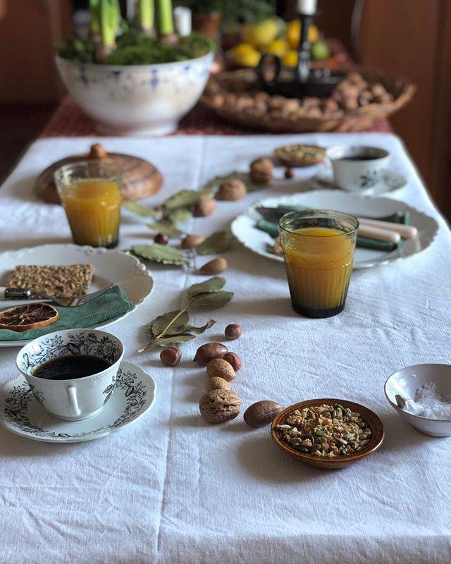 Good evening / I'm enjoying a few days home at my favourite table • • • • • #darktablemood #mymagicalmorning #madebyvibe #beautyinsimplicity #abeautifulmess #comfortfood #heresmyfood #mymagicalmorning #vintagehome #breakfasttable #darlingdaily #foreverfaffing #cookingtime #vscofoodie #saveurmag • • • • • #powerfood #flatlayoftheday #astilllifestyle #vibephoto #onmytable #thehub_food #still_life_gallery_ #autumnmood #thebotanicalkitchen #hocsupperclub #foodflatlay #honestfoodmagazine #vzcomood #tabledecoration