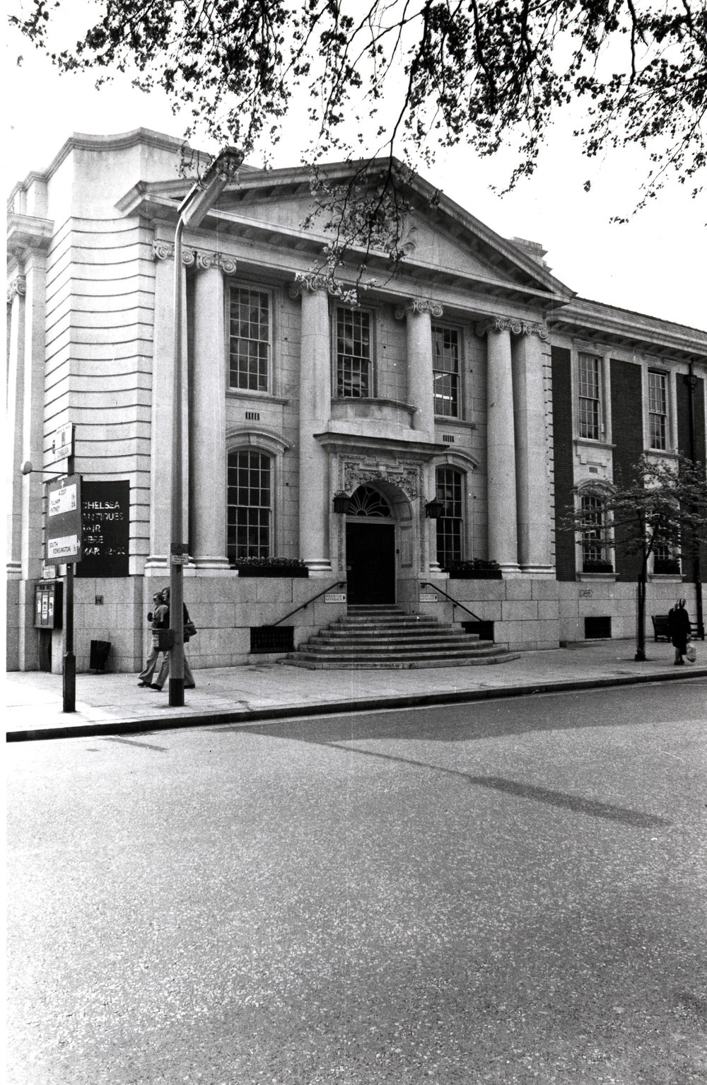 Kings Road - south side, east entrance of Chelsea Old Town Hall 1974 KS 4453.JPG