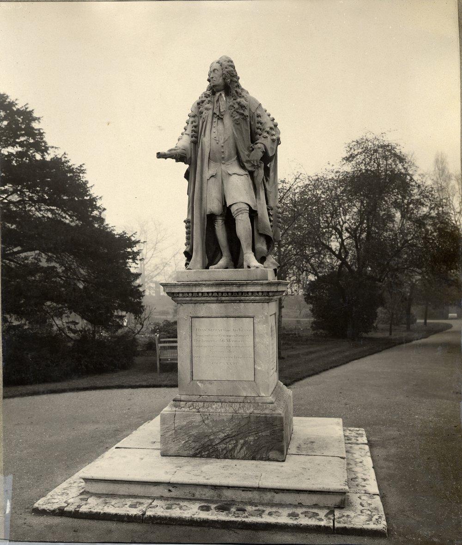 Hans Sloane statue at Physic Garden CM2100 (2).jpg
