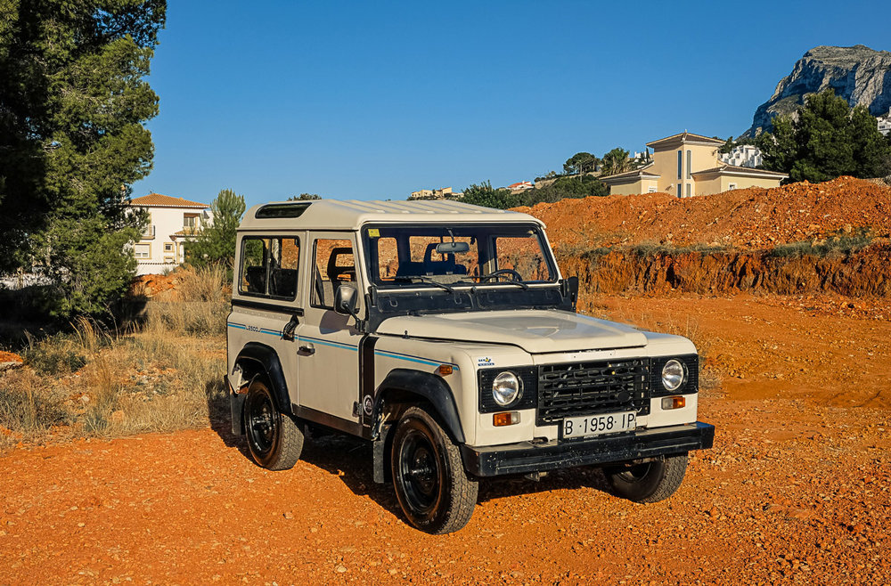 land_rover_santana_defender_right_front_1.jpg