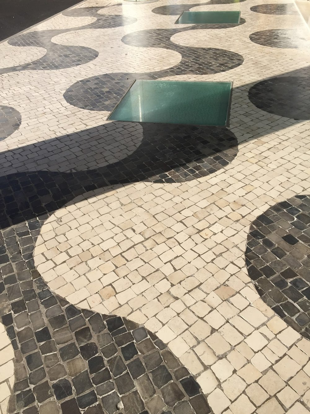 Forma sinuosa na calçada do aeroporto, Funchal, Ilha da Madeira