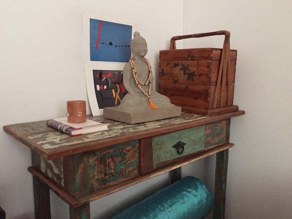 Referências de casa: juntinho comigo foram o Buda, meu altar portátil e o livro de I Ching.