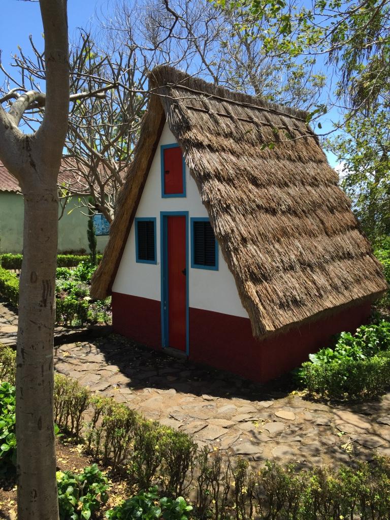 Casas triangulares, típicas da vila de Santana, na Ilha da Madeira