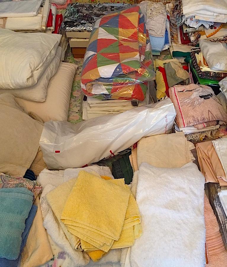 Roupa de cama, mesa e banho. Só ficaram alguns jogos para o dia-a-dia e outros de valor afetivo, como as toalhas da Ilha da Madeira.